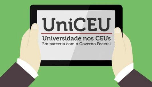 Imagem com fundo verde, ao centro duas mãos seguram um tablet com o texto na tela 'UniCEU Universidade nos CEUs em parceria com o Governo Federal'