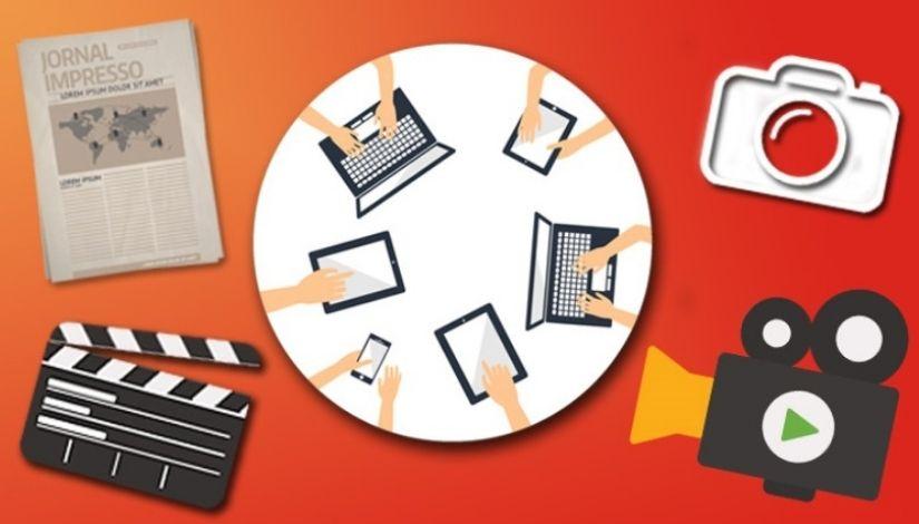 Imagem com um mesa redonda ao centro e as mãos de pessoas manuseando notebooks e tablets, nos cantos da imagem ícones de comunicação